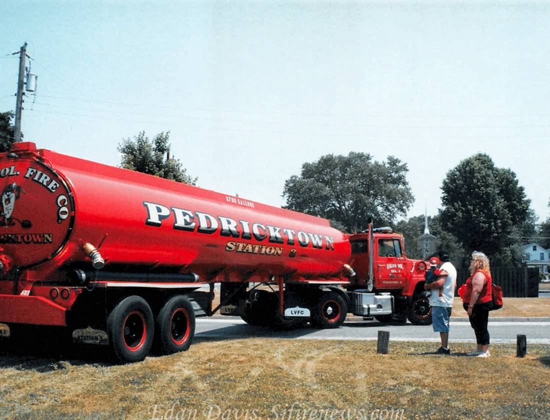 Sideview of 8700 gallon tanker truck